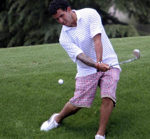 EKSILGOLFEREN: Carlos Tevez fotografert p� golfbanen i desember mens han var p� tjuvperm hjemme i Argentina. Dagens feiring var mest sannynlig et lekent slag til alle som har kritisert ham for blant annet dette. Foto: Mariano Paiz, Reuters / NTB Scanpix