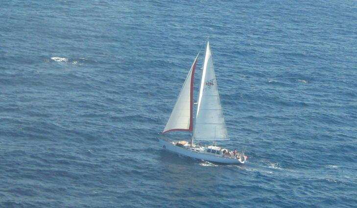 NY B�T:  �Nilaya� forlot New Zealand i januar. Om bord er Jarle Andh�y, Samuel Massie, en russisk kaptein, en argentiner og en newzealander. Sistnevnte har blitt omtalt som en �blindpassasjer�. Foto:   Foto: New Zealand coast guard