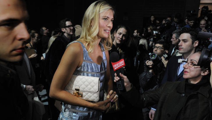 TENNIS-BESK: Tennisspiller Maria Sharapova backstage etter Marc Jacobs-visningen under moteuka i New York i gr. Foto: Scanpix