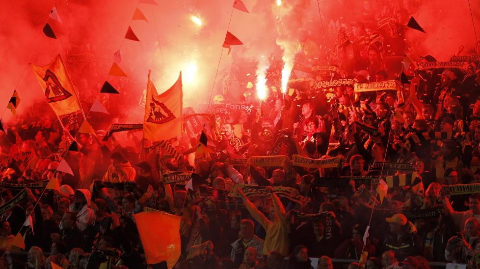 BØTER: Lillestrøms supportere Kanarifansen med bengalske lys på tribunen under hjemmekampen mot Vålerenga i september. Foto: Gorm Kallestad, Scanpix