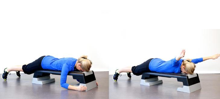 LIGGENDE SKULDERHEV: Ligg p� magen p� en stepkasse eller benk. Slapp av i nakken, l�ft armene over hodet, mens du presser de opp til taket. F�r armene opp med lillefingeren f�rst. Her m� du derfor rotere skuldrene inn. L�ft opp og senk igjen. Trener store deler av rygg. Foto: Elisabeth Sperre Alnes