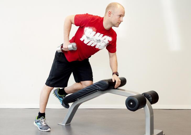 ENMANNSROING: St�tt deg p� en forh�yning. Hold armen med en vekt strakt mot bakken. L�ft opp til vektskiven er p� linje med hofta. Tenk at bakside arm skal v�re p� linje med vekta. Trener bakside skuldre og forside arm. Foto: Elisabeth Sperre Alnes BILRINGER  Vi er f�dt med forskjellige kropper, og har ulike forutsetninger. Ikke alle kan f� sixpack, men styrketrening kan forbedre utgangspunktet ditt. Er m�let ditt � g� ned mye i fettprosent b�r du finne en kondisjonstrening du synes er morsom og gj�re denne to ganger i uka sammen med styrkeprogrammet.