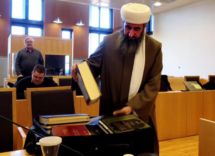 BOK-KOFFERT: Krekar hadde med seg flere titalls b�ker med islam-tekster i retten i dag for � understreke at hans uttalelser bare er en l�rd tolkning av dette materialet. Foto: HARALD S. KLUNGTVEIT