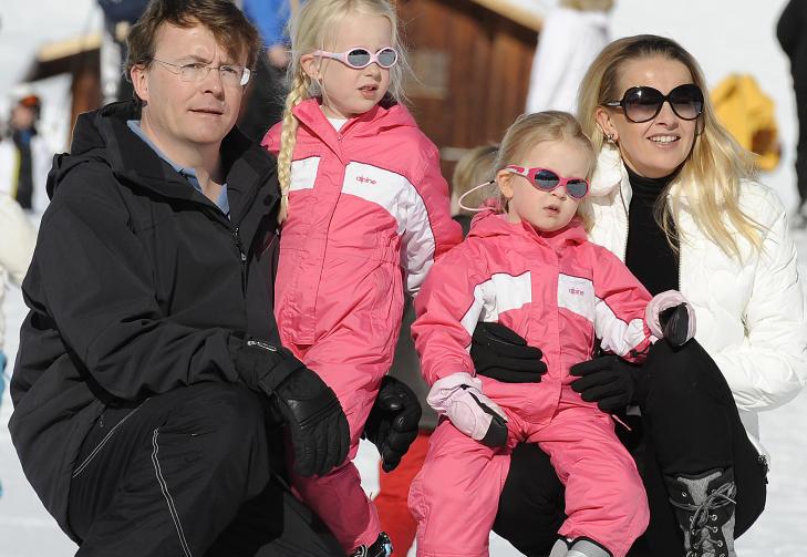 PRINSENS FAMILIE:  Prins Friso og prinsesse Mabel sammen med d�trene Luana og Zaria  i fullt skiutstyr tidligere p� kongefamiliens vintersted Lech am Arlberg.  Johan Friso ble funnet 40 centimeter under sn�en etter � ha ligget begravet under et sn�skred i 15 minutter. Foto: AP /Kerstin Joensson