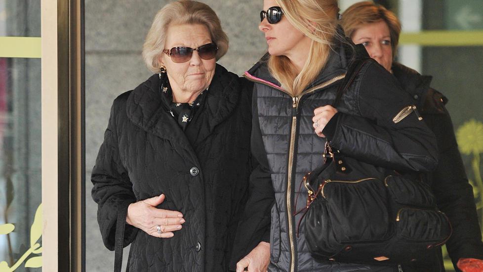 S�NNEN BEGRAVD I SN�MASSENE:Den nederlandske dronningen Beatrix kommer ut av sykehuset i Innsbruck sammen med prins Johan Frisos kone, prinsesse Mabel. Friso ble begravd av et sn�flak p� 30 ganger 40 meter under en skitur utenfor oppmerkede l�yer i g�r ved 12-tida. Tilstanden til Friso er fortsatt uavklart. Foto: AP