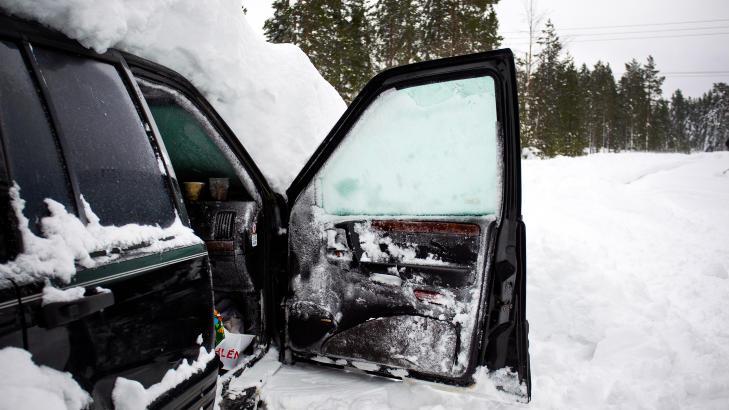 VED BEVISSTHET: Da politiet gravde seg inn og banket på ruta på den nedsnødde bilen, så de plutselig at noe rørte seg på innsida. Da ambulansepersonell ankom i brannvesenets beltevogn og tok seg inn i bilen, fant de den 44 år gamle mannen pakket inn i en sovepose. Han var ved bevissthet, men så utmattet at han knapt klarte å snakke. Foto: Erik Åström / Expressen