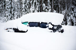 NEDSNØDD: Politiet fant mannen innesnødd i denne bilen. Foto: Erik Åström / Expressen