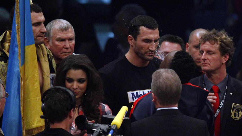 SPYTT: Dereck Chisora forsøker å hisse opp stemningen før kampen mot Vitalij Klitsjko ved å spytte vann i ansiktet på broren Vladimir Klitsjko. Foto: Michael Dalder, Reuters/Scanpix