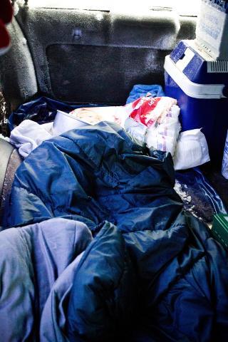SOVEPOSE: Da mannen ble funnet skal han ha sittet pakket inn i denne soveposen. Foto: Erik Åström / Expressen
