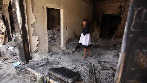 HOVEDKVARTERET: Mange libyere kommer til Bab al-Azizya for � se ruinene p� Kadhafis eiendom. Her er en libysk jentene i det ruinerte hovedkvarteret. Foto: SCANPIX/AFP PHOTO/PATRICK BAZ