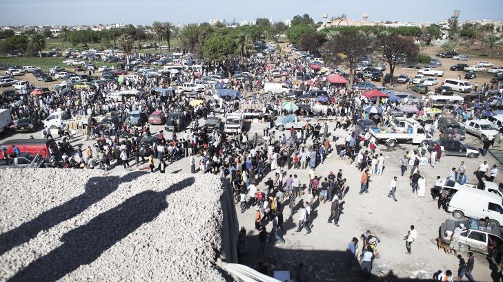 MARKED: Fredag samlet libyere seg p� eiendommen Bab al-Azizya, som tidligere tilh�rte Kadhafi. Foto: SCANPIX/AFP PHOTO / MARCO LONGARI