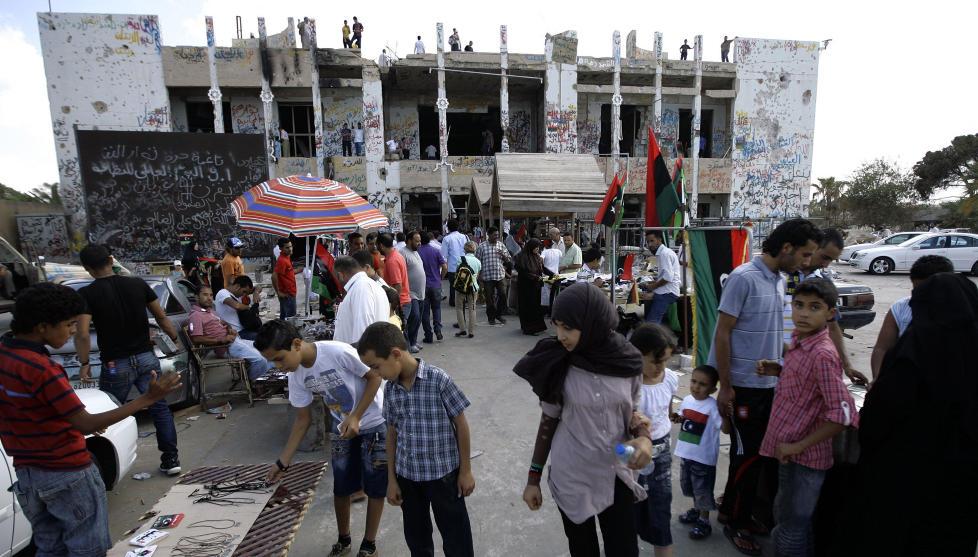 VAR FRYKTET: Muammar Kadhafis eiendom Bab al-Aziziya var ett av de mest fryktede stedene i Libya. N� har libyere inntatt bygningene, og arrangerte marked p� eiendommen. Foto: SCANPIX/AFP PHOTO/JOEPH EID