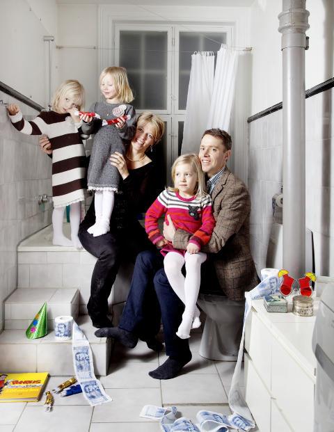 KALDT OG STILIG: - Leiligheten var mer stilig enn praktisk. Det var trekkfulle vinduer og kalde gulv, minnes Christina Stuvik-Eide, som kj�pte leiligheten for 3,45 millioner kroner sammen med kj�resten Erik Eide i 2005, rett f�r de fikk Andrea (6). Da de f�r beskjed om at neste barn ikke er �n, men to, Julia (.t.v) og Rebecca (4), velger de � flytte. Foto: Agnete Brun / Dagbladet