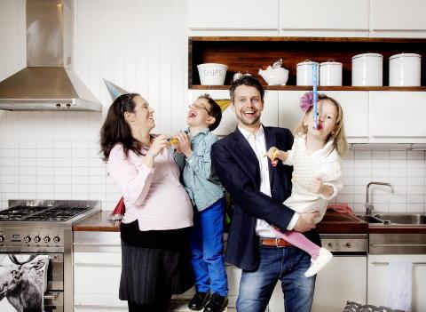 KOS OG KAOS: Vigdis Hvaal og Kim Str�mstad fylte k�ken med liv fram til i fjor, sammen med Julian (6) og Johanna (3), N� ligger ny baby i magen og familien pusser opp hus i Asker. Foto: Agnete Brun / Dagbladet