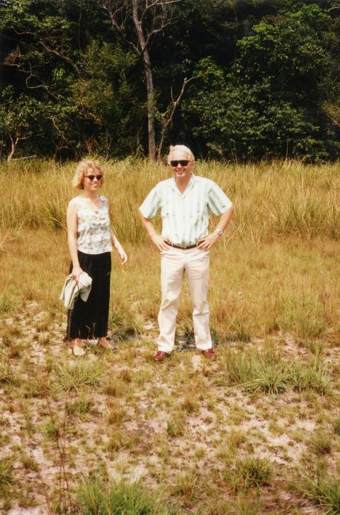 FAR OG DATTER: Hanne sammen med pappa Svein Ivar p� savannen. Han var misjon�r og flyger.