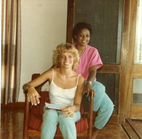 BESTEVENNER: Hanne sammen med sin beste venninne Linah i oktober 1984.