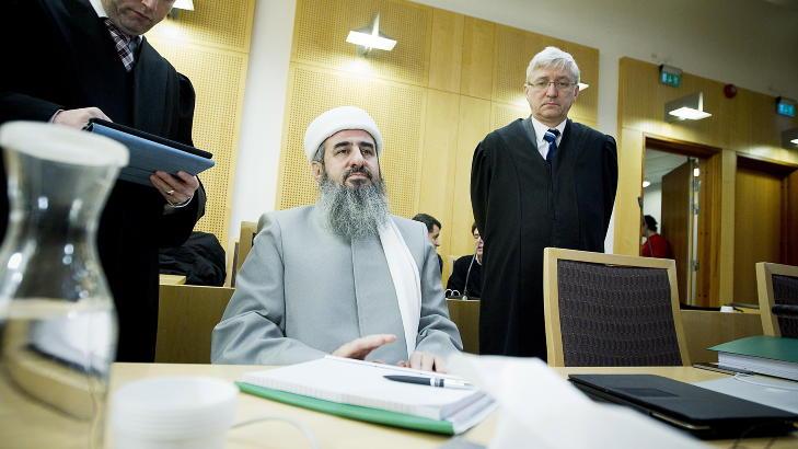TILTALT:  Najmuddin Faraj Ahmad, bedre kjent som mulla Krekar, i retten  sammen med forsvarerne  Brynjar Nielsen Meling  ( t.v)  og Arvid Sj�din onsdag. Foto: Bj�rn Langsem / Dagbladet
