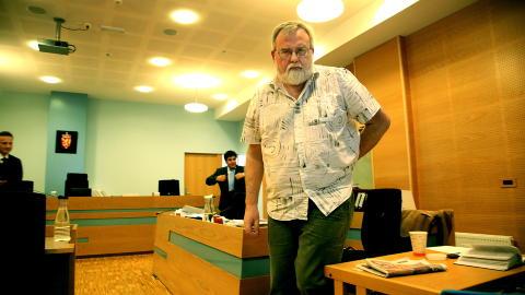 - DRITTPAKKE: Daglig leder Kjell Gunnar Larsen (55) mener Frantzens forklaring av medlemsjukset SOS Rasisme er d�mt for er en drittpakke. Her forklarer han seg i Haugaland tingrett. Foto: Jacques Hvistendahl