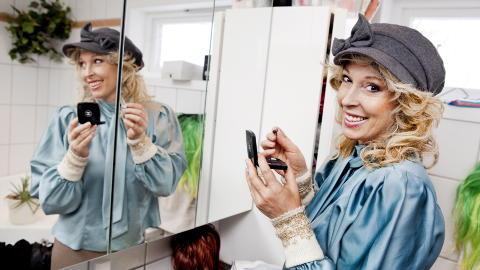 TO KAMPER:  Lise Askvik kjemper mot kreften og for at norske, brystkreftopererte kvinner skal slippe � vente i tre til ti �r p� � f� rekonstruert bryst. Foto: Elisabeth Sperre Alnes/Dagbladet