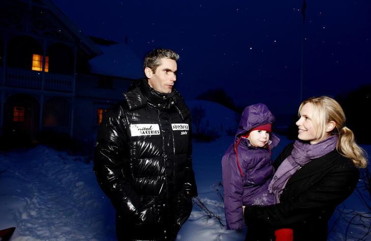 HJEMME: Thomas har 200 reisedager i �ret. Her er han hjemme med Maria (3) og R�nnaug Schei Alsgaard (34).Foto: KRISTIN SVORTE