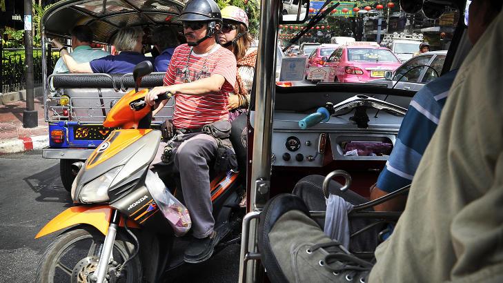 OBS, NESTEN: Det er helt andre trafikkregler i Bangkok enn det vi nordmenn er vant til. Ingen av oss i baksetet hadde v�get oss ut i dette abstrakte trafikkbildet. Foto: HANS ARNE VEDLOG