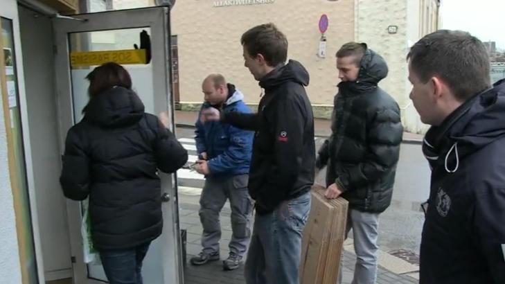 RAZZIA: Fire polititjenestemenn deltok i razziaen av SOS Rasismes lokaler. Foto: Endre Vellene/Dagbladet