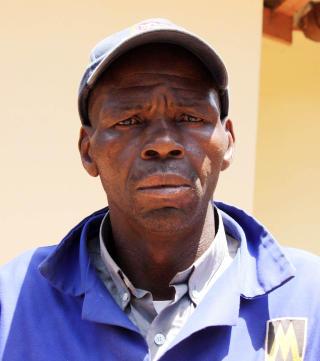 FANT SJEFEN DREPT: Den 78-årige kvinnens gartner gjennom 21 år, André Mlwazu, fant henne ille tilredt på golvet da han kom på jobb i går. Foto: AMANDA BOTHA / BEELD