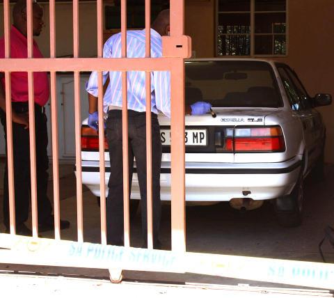 ETTERFORSKNING: Politiet samlet i går tekniske bevis på kvinnens eiendom i Dullstroom. Foto: AMANDA BOTHA / BEELD