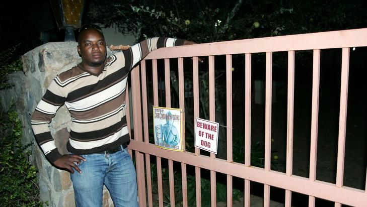 KJENTE DEN DREPTE: Etterforskningsleder Steven Mpho Sithole kjente den drepte kvinnen personlig. - Hun var svært godt likt, sier han. Her ved hennes ytre inngangsport. Foto: TOBY SELANDER / DAGBLADET