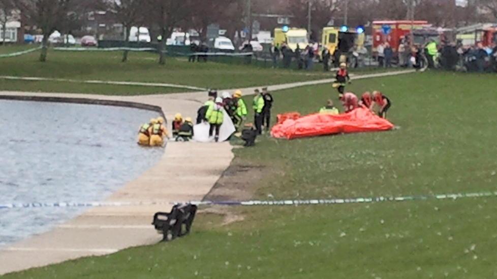 DRUKNET: En 41 �r gammel britisk mann fikk epilepsianfall mens han sto i vannet i en park i England. Han ble liggende halvannen time med ansiktet ned, uten at redningsmannskapene hentet ham ut. Foto: Solent News and Photo Agency