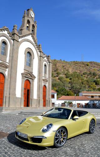 VAKKERT: Det er vakkert i fjellandsbyen St. Lucia. En kulisse som passer godt til nye Porsche 911. Foto: ANDREAS HANDELAND
