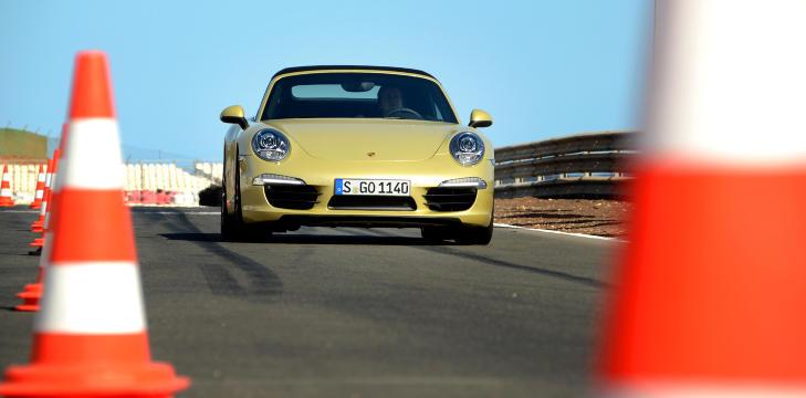 TIL HVERDAGS OG TIL FEST: Porsche 911 S Cab duger som bare det p� bane ogs�, men det er nok p� svingete landeveier den trives aller best. Foto: ANDREAS HANDELAND