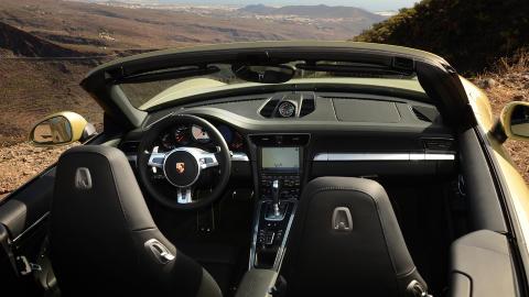 F�RERORIENTERT: Porsche 911 er f�rerens bil. Alt det viktige er i fokus, men hvorfor ikke utstyre den med seter som gir enda bedre st�tte? Foto: ANDREAS HANDELAND