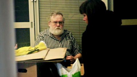 RASSIA: Politiet sikret seg flere tusen dokumenter og store datamengder da de slo til mot SOS Rasismes lokaler i Haugesund i februar. Her er hovedkasserer Kjell Gunnar Larsen i SOS Rasismes lokaler under ransakingen. Foto: Jacques Hvistendahl