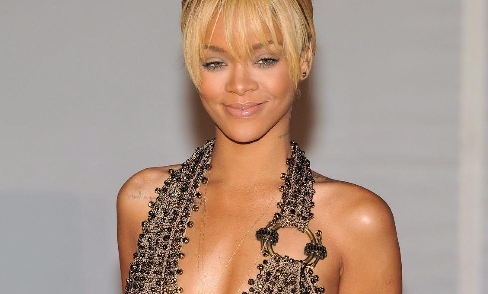 epa03115600 Barbadian singer Rihanna arrives for the 2012 BRIT Awards held at the O2 Arena in London, Britain, 21 February 2012.  EPA/DANIEL DEME
