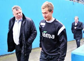 DISIPLIN: Kjetil Siem (t.v.) vil at Morten Gamst Pedersen og resten av landslaget er seg sitt ansvar bevisst. Foto: Erik Berglund