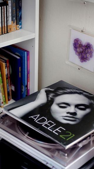 Glitterlim og LP-plater: Adele var favoritten. Andrine likte ogs� � h�re p� lydb�ker. Like gjerne �Knerten� som Murakami.