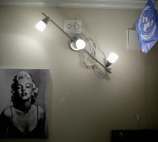 Fornuft og f�lelser: Marilyn Monroe og et FN-flagg i lufteluka. Interi�rdetaljer for en bevisst ung mann.