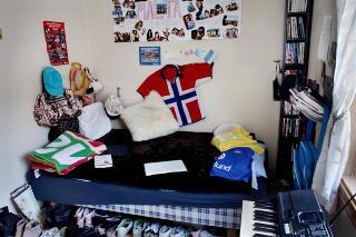 Det som er igjen: Isabel var 17 �r da hun ble drept. P� senga hjemme p� H�ybr�ten i Oslo ligger macen hun alltid hadde i n�rheten, helt til h�yre henger konfirmasjonstalen p� veggen. Under Malta-plakaten er flybilletten fra spr�kreisen klistret opp. Alle bildene var typisk henne. Foreldrene, Jon-Inge og Linda, hadde gitt henne et fotoapparat til konfirmasjonen, og etter det ville Isabel ha bilder overalt. - Det er jeg s� glad for n�. Jeg ser p� dem hver dag, sier Linda.