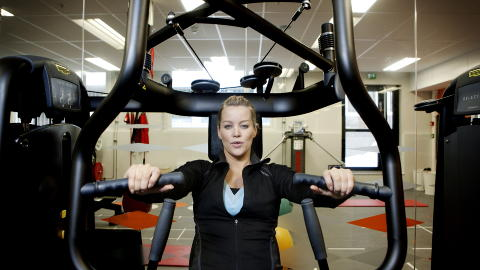 TRENER EFFEKTIVT : - Hannes opplegg er effektivt og vi forsøker å få med flere muskelgrupper i hver øvelse, forteller PT Platini Tabi ved SATS. Foto: Anita Arntzen / Dagbladet