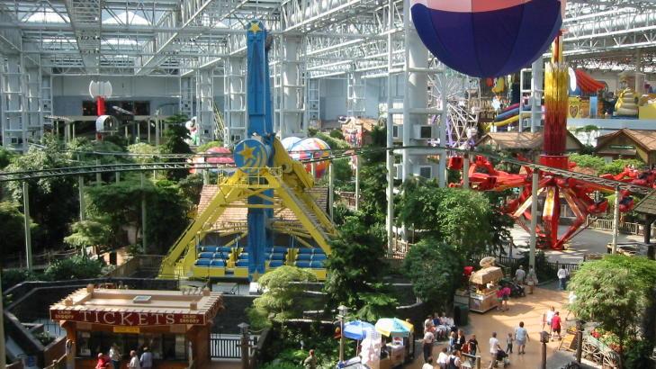 MALL OF AMERICA: USAs st�rste shoppingsenter med over 500 butikker. Kj�pesenteret f�r bes�k av flere turister enn Graceland, Disney World og Grand Canyon til sammen.  Foto: KIRSTEN M BUZZI