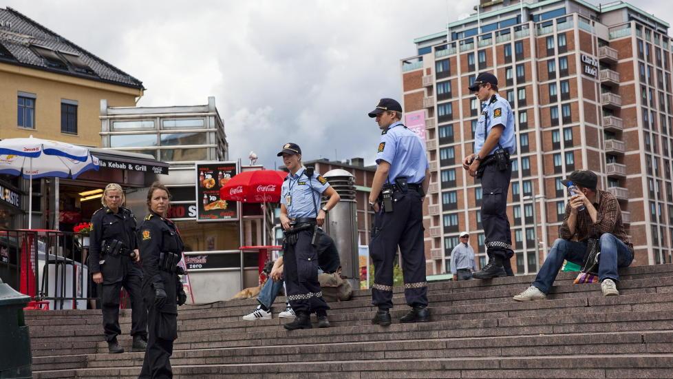 OSLO, 20090716:  Plata utenfor Oslo S.  Salg av narkotika foreg�r �penlyst til ten�ringer. Politi utenfor Oslo S.   Foto : Sigurd Fandango / Dagbladet