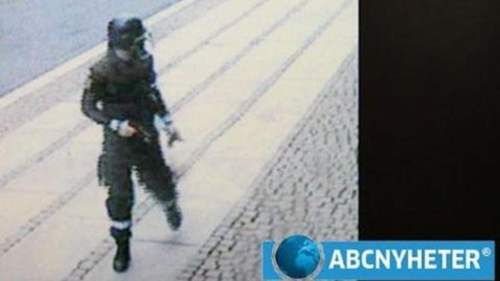 L�PER FRA BOMBA: Dette bildet fra overv�kingskamera i regjeringskvartalet viser Anders Behring Breivik l�pende vekk fra bombebilen viftende med en pistol, fredag 22. juli. ABC Nyheter viser bildet p� sine nettsider, og presenterer det som autentisk. Foto: ABC Nyheter / Scanpix