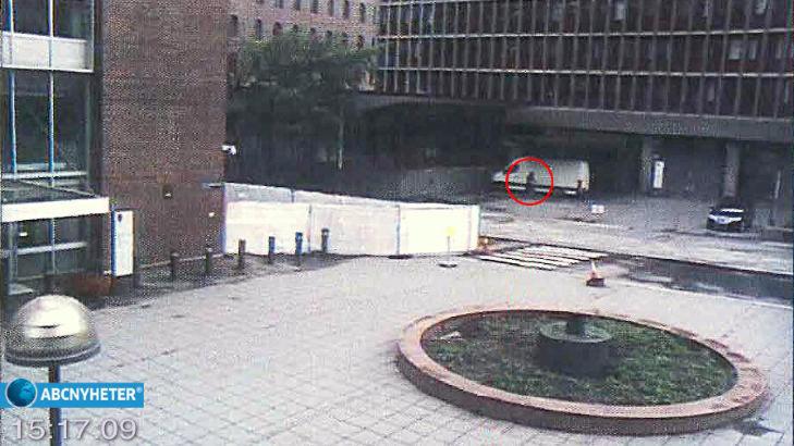HER ER BILEN: Breivik plasserte bilen rett utenfor hovedinngangen til regjeringskvartalet. Foto: Fra ABC Nyheter
