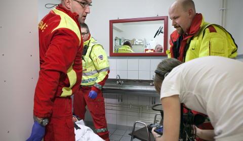 EKTE: Ambulansepersonellet Peter Andersson, Rune Solmyr og Trond Ellingsen spiller seg selv. Foto: Anders Gr�nneberg