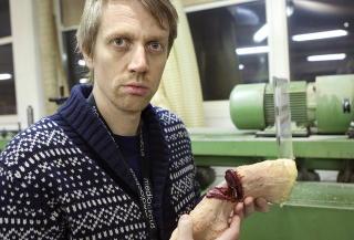 BLODIG:  Slik s� det ut, her holder produsent og regiss�r Jon Sverre H�iden h�ndrekvisitten. Foto: Anders Gr�nneberg
