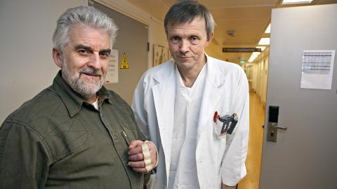 ET LITE MIRAKEL: Lars-Eldar Myrseth ved Rikshospitalet er blant landets mest erfarne leger som har spesialisert seg p� � sy p� avrevne lemmer ved Rikshospitalet sammen med Kjell Arne Nordby. Foto: Anders Gr�nneberg