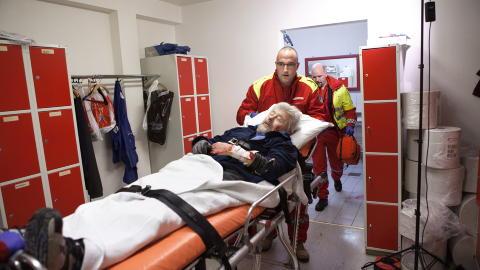 HANDLET RASKT:  Ambulansesj�f�r Peter Andersson viser hvordan det foregikk i virkeligheten. Foto: Anders Gr�nneberg