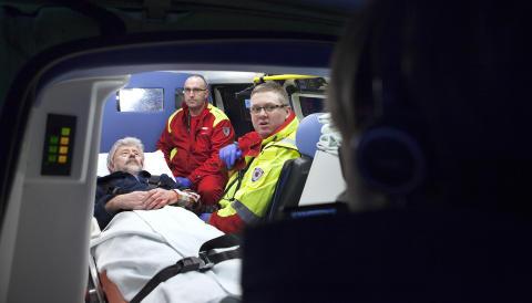 AMBULANSEN: Inn i ambulansen og i full fart mot Rikshospitalet. Foto: Anders Gr�nneberg