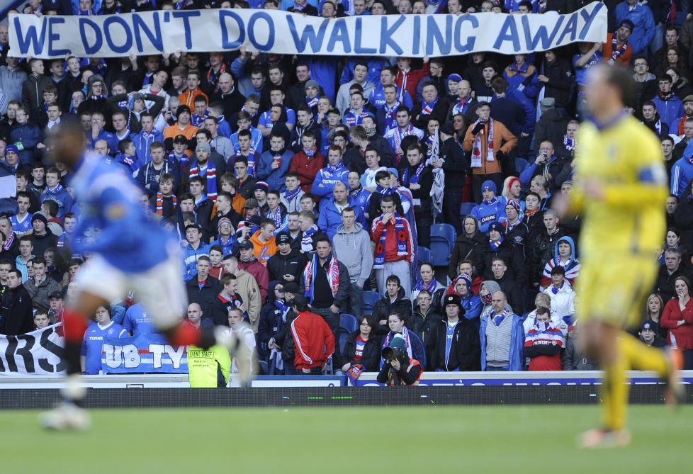 P� KONKURSENS RAND: Rangers-fansen viser sin misn�ye med hvordan �konomien i klubben har blitt vanskj�ttet. N� blir det heller ikke europacupspill neste sesong.Foto: SCANPIX/ REUTERS/Russell Cheyne
